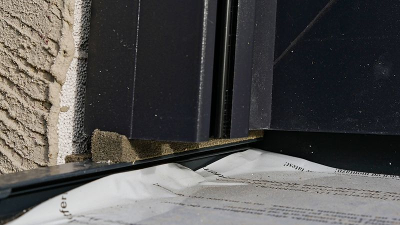 Fehlerhafter Anschluß Rollladenschiene auf Fensterbankbordstück